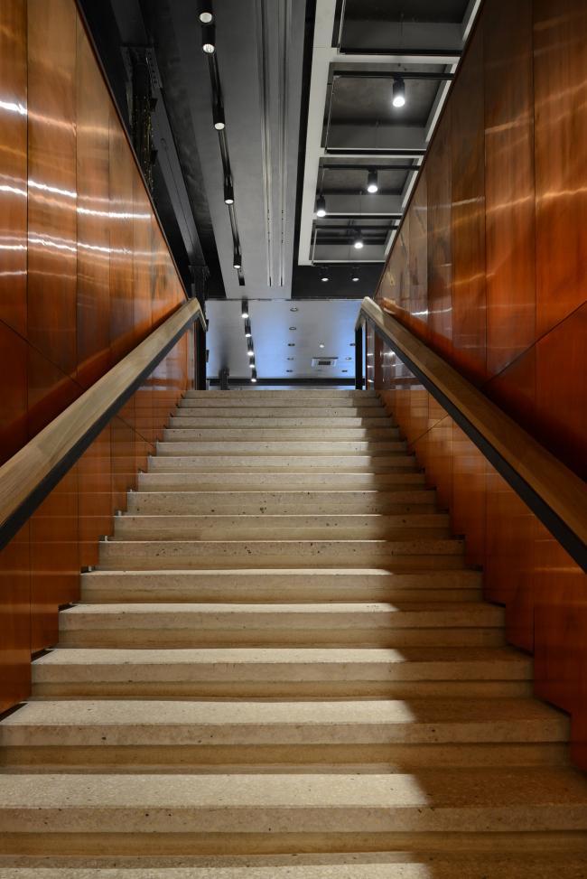 Лестница, из гардероба в фойе. «Электротеатр Станиславский». Фотография © Илья Иванов, 2014