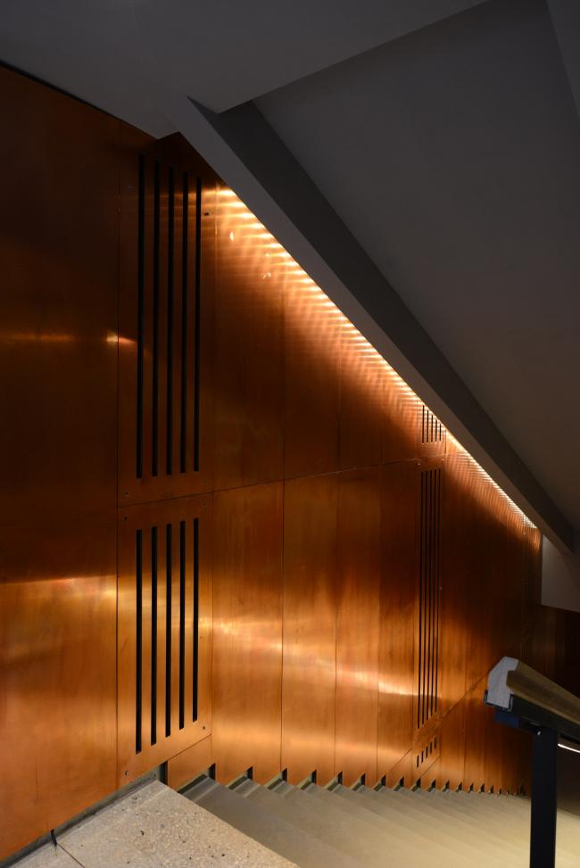 Спуск в гардероб на -1 этаж; стены покрыты панелями красной меди. «Электротеатр Станиславский». Фотография © Илья Иванов, 2014