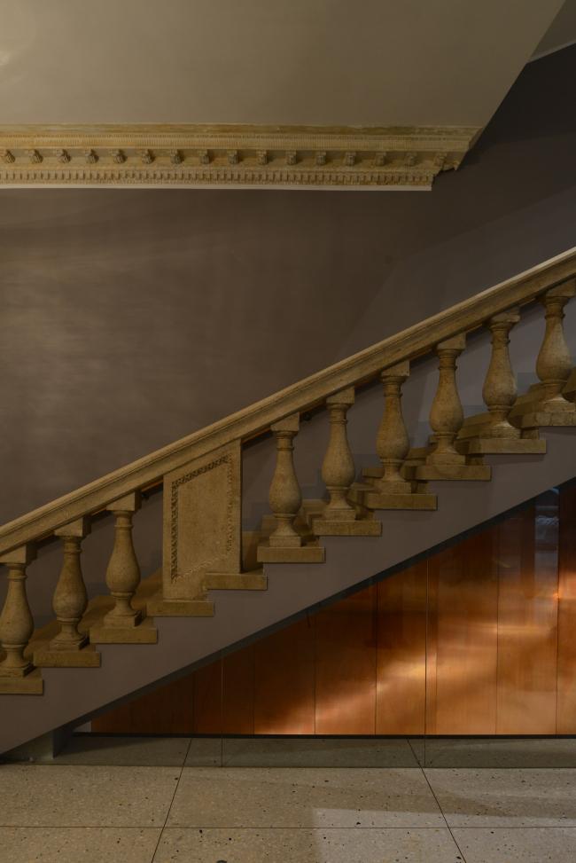 Лестница, ведущая с первого этажа (уровень улицы и фойе) на второй этаж (уровень сцены). «Электротеатр Станиславский». Фотография © Илья Иванов, 2014