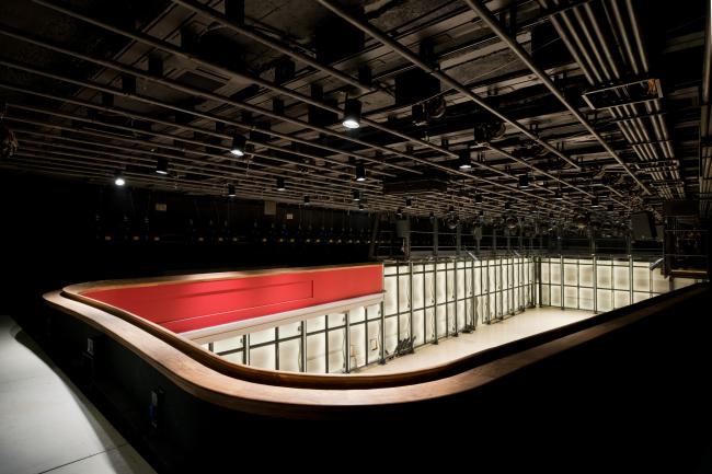 Основной зал. Вид с балкона, хорошо видны конструкции потолка. «Электротеатр Станиславский». Фотография © Илья Иванов, 2014
