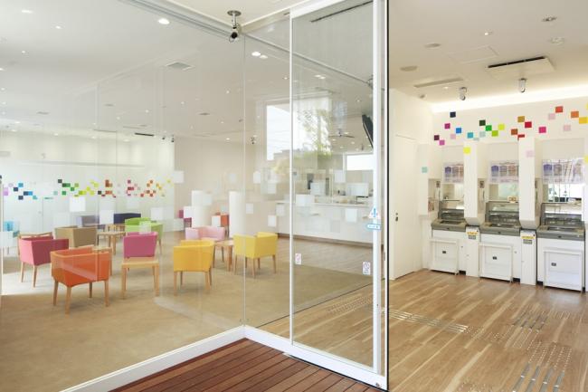 Sugamo Shinkin Bank / Nakaaoki branch © Daisuke Shima / Nacasa & Partners