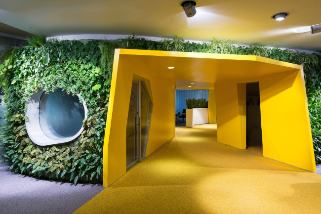 """Yandex HQ on Leo Tolstoy Street (second stage). Finish in the form of a living plant wall © """"Atrium"""" Architectural Bureau"""