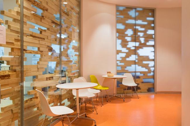Офис компании «Яндекс» на улице Льва Толстого (2-я очередь). Отделка из деревянных брусков, формирующих пиксельный рисунок © АБ «Атриум»