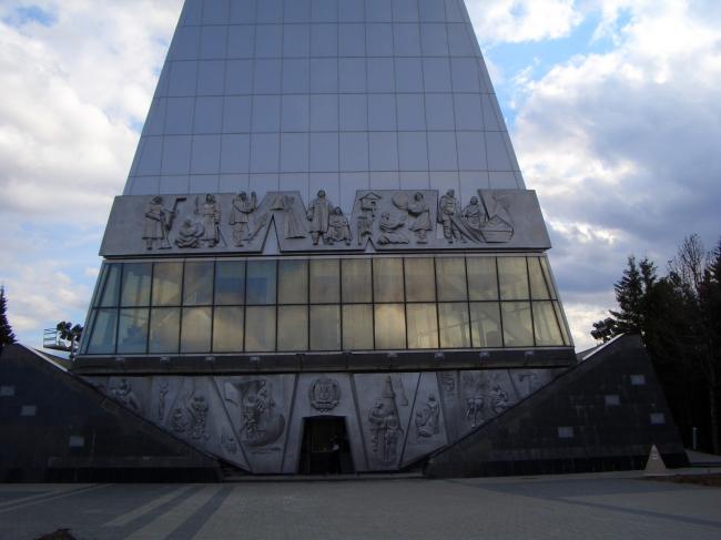 Стела-памятный знак «Первооткрывателям Земли Югорской» © Проект КС