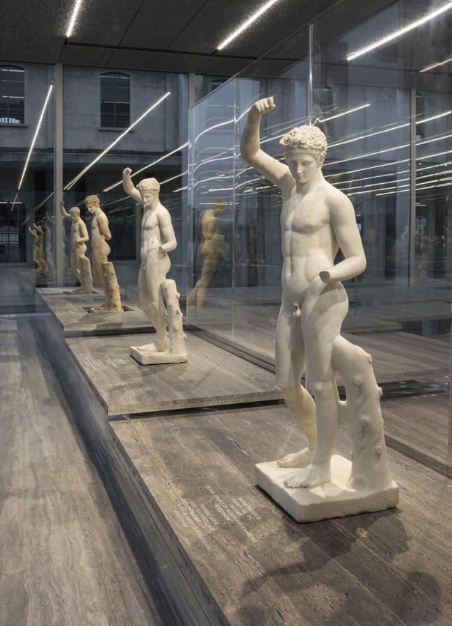 Комплекс Фонда Prada. Вид выставки «Серийная классика». Фото: Bas Princen
