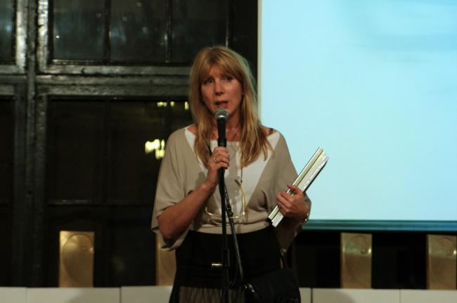 Елена Архипова вручает призы от «Архистудио». Фотография Аллы Павликовой