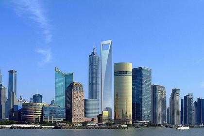 Шанхайский Всемирный финансовый центр среди окружающей застройки