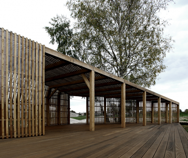 Летний павильон в селе Воздвиженское. Вид с террасы ©  Khachaturian Architects Фото: Артур Хачатурян