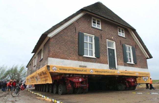 Передвижка дома в районе Лент. Фото: VidiPhoto dpa-NETHERLANDS OUT DPA/LANDOV
