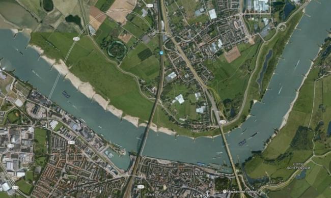 Прежнее состояние: дамбы подходили к берегу реки Ваал и создавали эффект бутылочного горлышка, что повышало риск наводнения при сильных осадках. Изображение: Google Maps