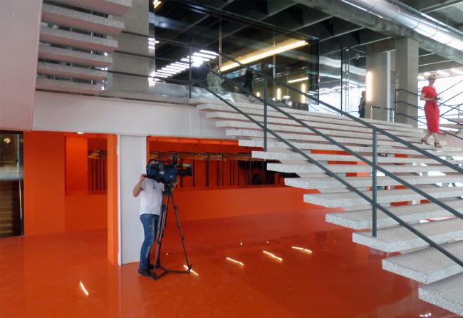 Ярко-оранжевый гардероб – одна из интервенций современных архитекторов в модернистский интерьер. Фотография © Илья Мукосей