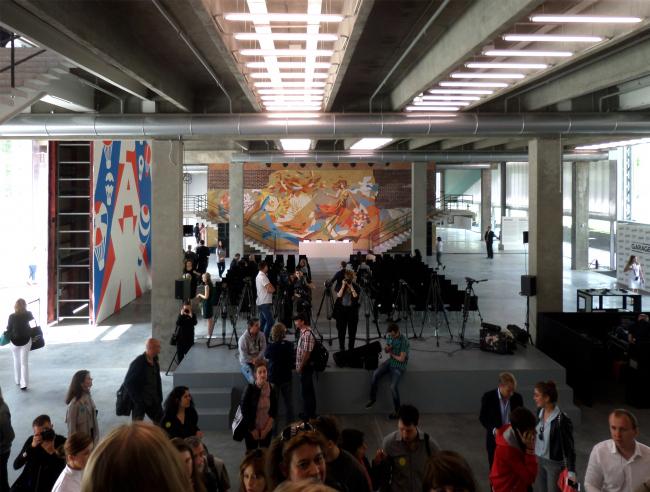 Музей «Гараж». Общий вид на фойе с парадной лестницы. Здесь устроено пространство максимальной высоты, от первого этажа до крыши. Слева работа Эрика Булатова, в глубине – мозаичное панно «Осень». Фотография © Илья Мукосей