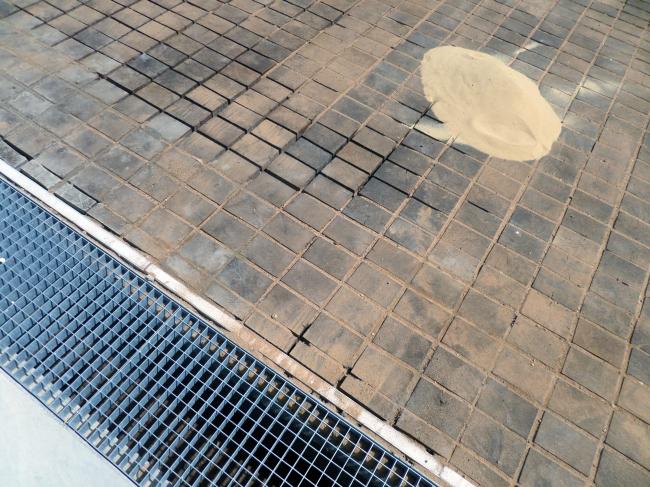 Благоустройством площадки вокруг музея занималось бюро «Проект Меганом». Я насчитал три различных вида покрытий: шлифованный бетон, гранитную брусчатку и кубики, судя по всему, из лиственницы. Цвет засыпки в швах мощения тоже разный: желтый – для «кубиков» и серый – для брусчатки. Работы еще не завершены, на наблюдать за процессом засыпки довольно интересно. Фотография © Илья Мукосей