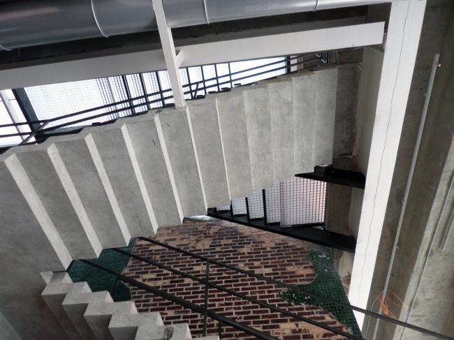 Зона вокруг открытой лестницы, ведущей на крышу – одно из самых «гаражных» мест «Гаража». Фотография © Илья Мукосей
