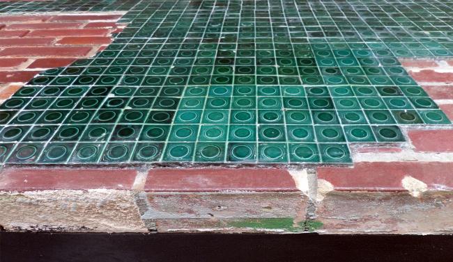 Поверхности, облицованные глазурованным кирпичом и стеклянной плиткой только издалека кажутся неаккуратными и рваными. Похоже, эта неаккуратность тщательно продумана. Часть плитки и кирпича снимали со стен и отправляли на реставрацию в Венецию. Часть кирпичей там даже заново глазуровали. Фотография © Илья Мукосей