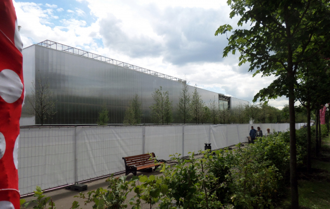 """Garage"" viewed from Gorky Park. When the landscaping work is over, the fence will be removed. It is already seen that there will be little difference between  the museum and the surroundings."