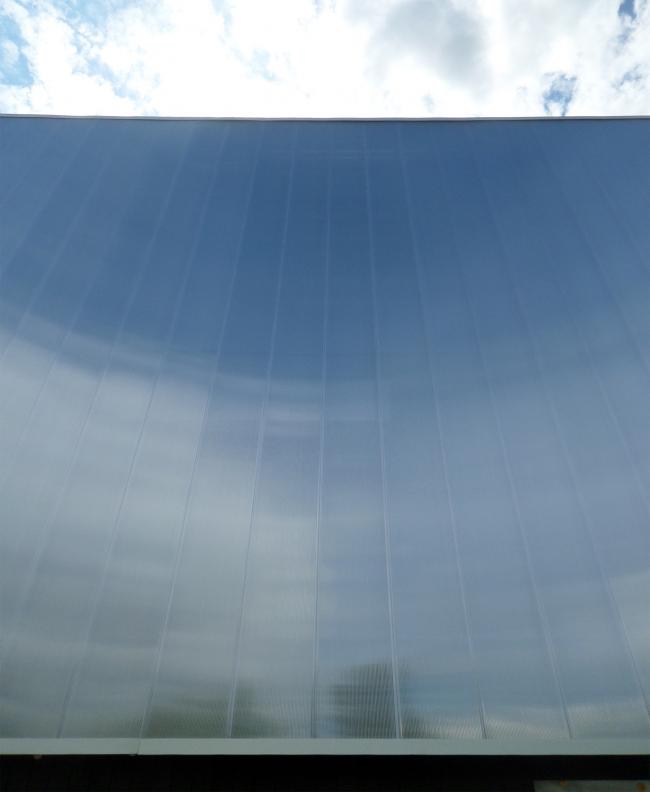 Фасад музея. Отражение неба. Фотография © Илья Мукосей