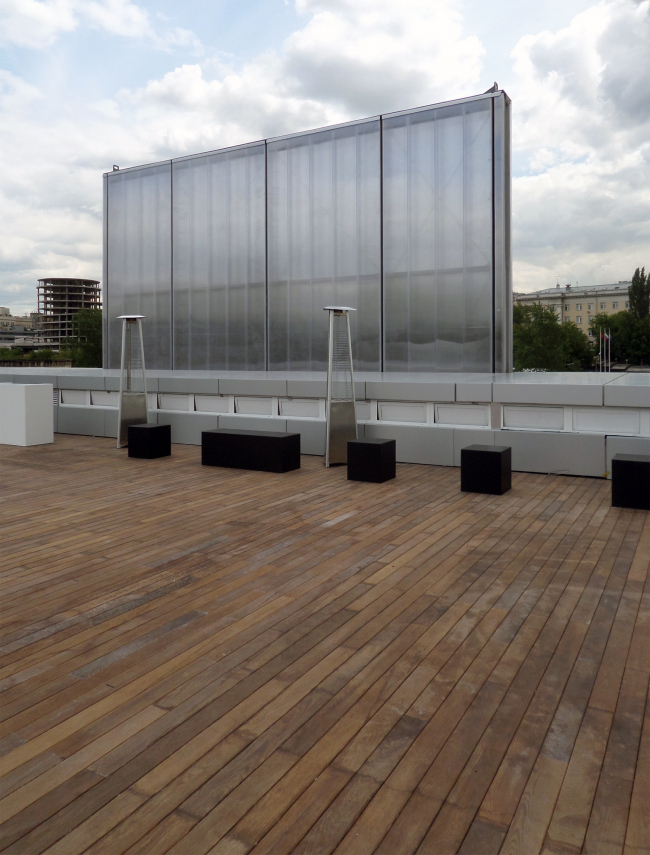 The elevated platform of the main facade from the inside, from the terrace on the roof. Photograph © Ilia Mukosey
