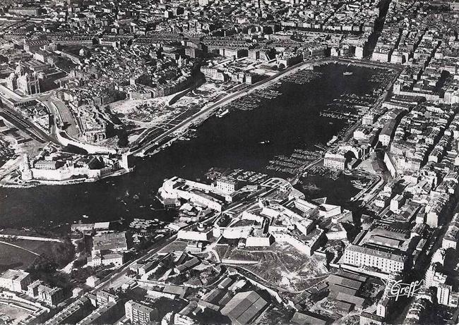 Старый порт – Tabula Rasa. Мост-паром уже демонтирован. Фото 1946-47 гг. Изображение: http://visle-en-terrasse.blogspot.ru/2012/01/dessus-des-villes-marseille.html