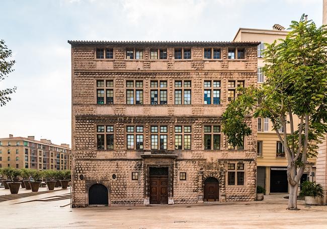 Бриллиантовый дом XVI в. – один из немногих сохранённых старинных зданий © Василий Бабуров