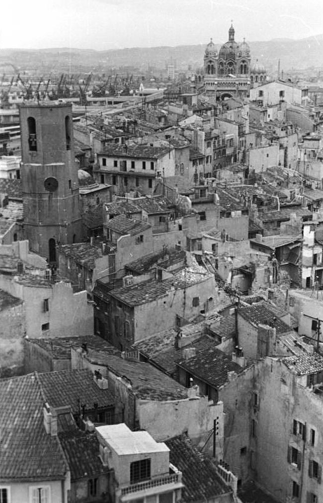 Церковь Сен-Лоран в окружении средневековой застройки © Федеральный архив ФРГ