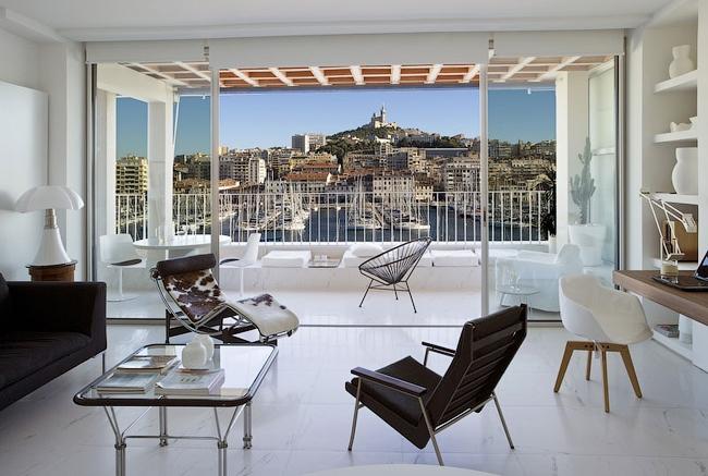 Интерьер квартиры в доме на набережной. Изображение: http://www.homemarseille.com/location-appartement-marseille/ap008-fernand-pouillon/