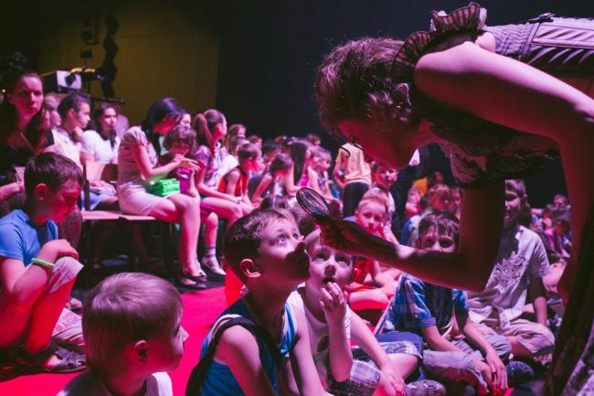 Спектакль «Сказка роботов о настоящем человеке» в ДК «Металлургов». Фотография предоставлена организаторами «Арт-Оврага»