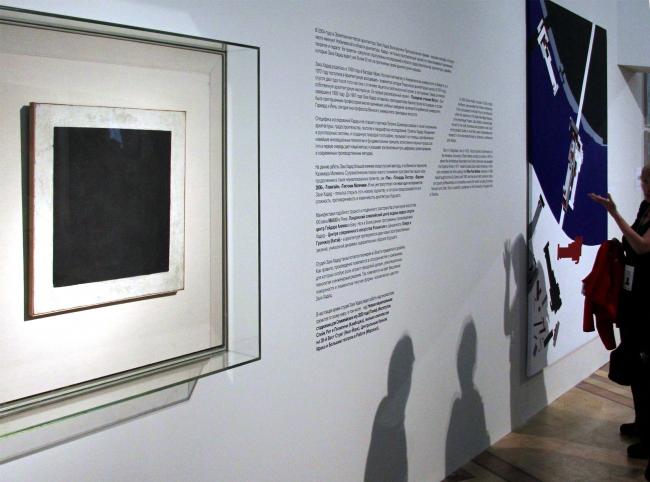 Выставка Захи Хадид в Эрмитаже начинается с «Черного квадрата» Каземира Малевича. Фотография © Павел Олигорский, archi.ru