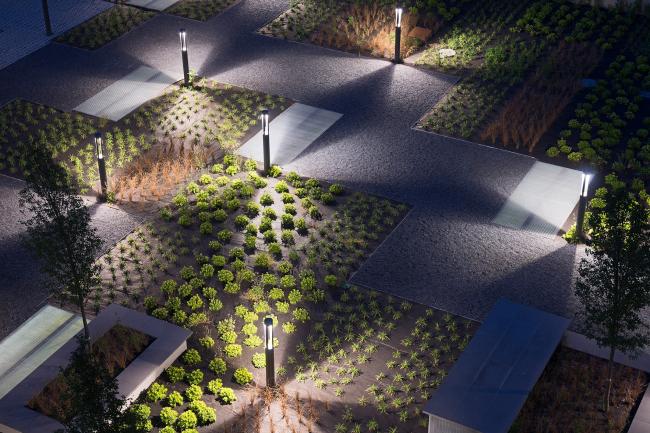 Благодаря утонченной системе освещения внутренний двор доступен в темное время суток. Офисный комплекс Green Place в Милане. Фотография © Stefano Gusmeroli