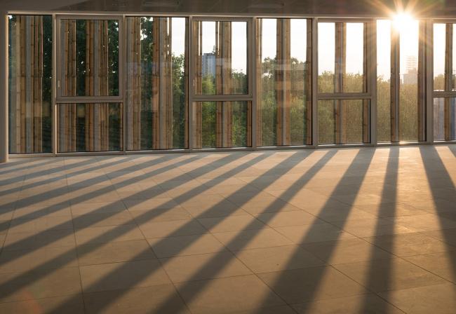 Полосы света в интерьере. Офисный комплекс Green Place в Милане. Фотография © Stefano Gusmeroli