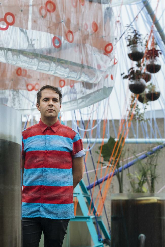 Андрес Жак на фоне павильона Cosmo © Miguel de Guzman