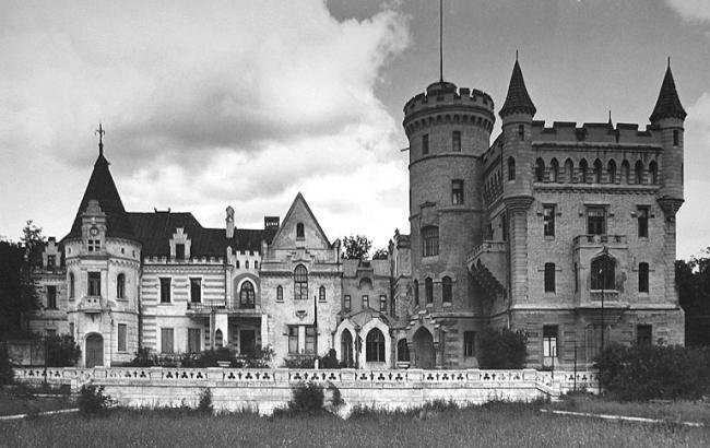 Общий вид замка усадьбы Храповицкого «Муромцево». Двухэтажная часть замка во французском стиле спроектирована архитектором П. С. Бойцовым в 1880-х годах, четырёхэтажная «в английском вкусе» – неизвестным автором позднее. Фотография, 1970-е. Фотография © VladiMens, wikimedia, CC BY-SA 3.0