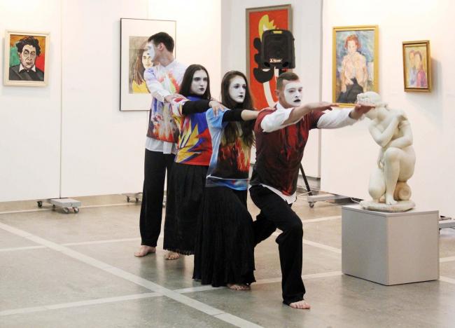 Танцовщики «Молодой гвардии» из Советска выступают на открытии выставки