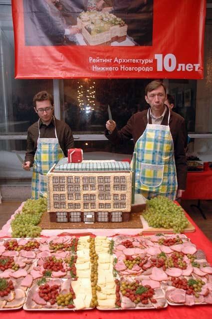Торжественное разрезание торта архитекторами-авторами здания-победителя. Юрий Болгов и Александр Гребенников