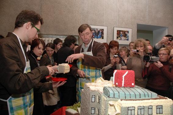 Ажиотаж вокруг торта продолжался достаточно долго, что бы архитекторы почувствовали «бремя славы»