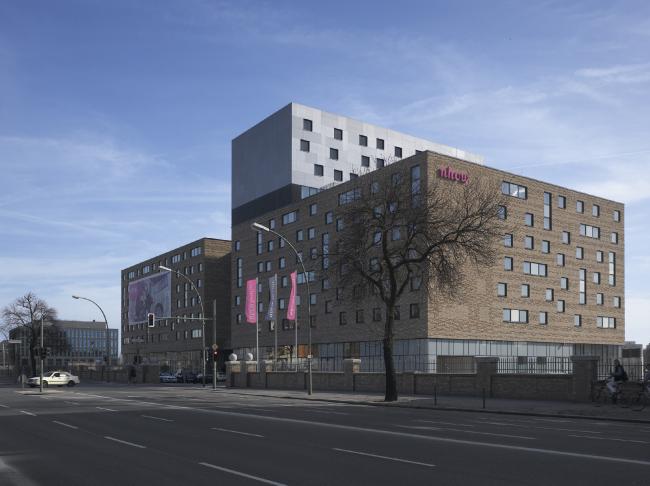 Гостиница nhow Hotel. Постройка, 2010. Фотография © Roland Halbe