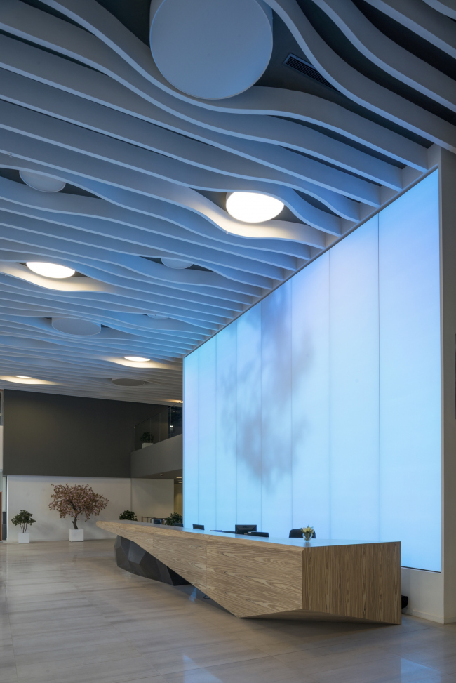 "Interior of the entrance lobby of the office part of the shopping and business center ""Vodny"" © Atrium Architects"