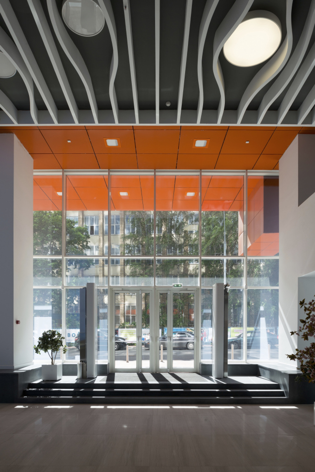 """Interior of the entrance lobby of the office part of the shopping and business center """"Vodny"""" © Atrium Architects"""