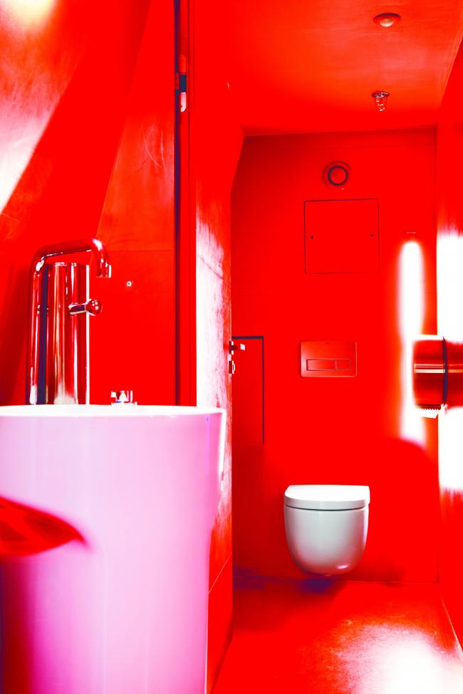 Раковина Amberes, подвесной унитаз Meridian. Туалетные комнаты Eiffel Pavilion © Roca