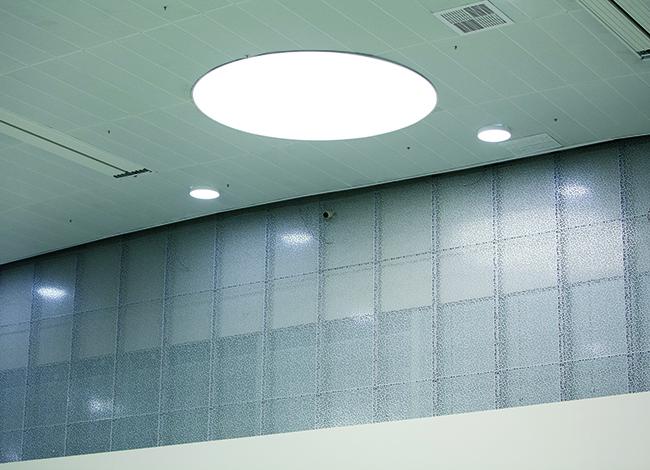 Элемент стеновой ограждающей системы BASIC CL с перфорацией MIX и подсветкой от компании «АСП-Технолоджи». Фоторафия © Татьяна Бесчастная