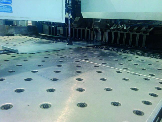 Производство металлической панели HOOK-ON система H-100. Фоторафия © Вера Синельщикова