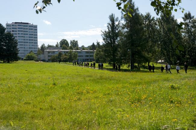 Экскурсия участников симпозиума в жилой район Виитаниени. Фото: Alvar Aalto Symposium