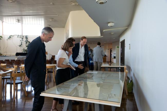 Осмотр выставки Алваро Сиза в рамках симпозиума. Фото: Alvar Aalto Symposium
