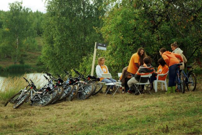 Фестиваль под открытым небом «Эко_тектоника» в эко-парке «Ясно Поле». Велопрокат. Фотография Дмитрия Павликова