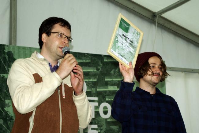 Александр Андрианов вручает дипломы победителям конкурса