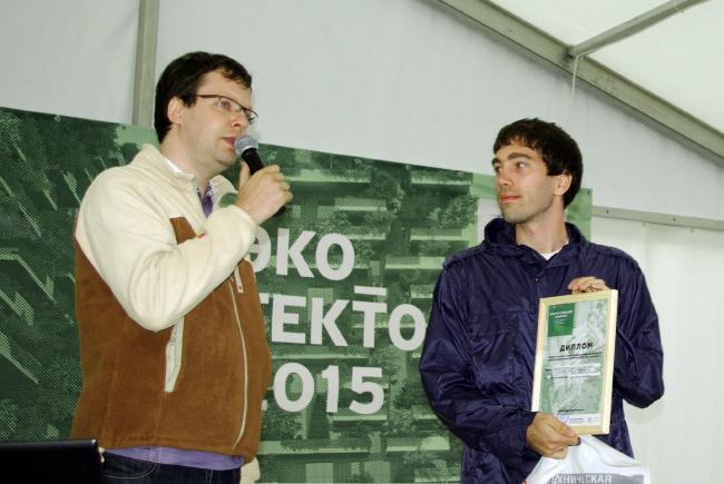 Александр Андрианов вручает дипломы победителям конкурса «Эко_тектоника».  Фотография Аллы Павликовой