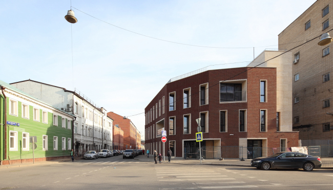 """Residetial complex at the Leo Tolstoy Street. The non-residential building at the corner of Leo Tolstoy and Rosolimo streets. Photograph © Mikhail Serebryakov, """"Sergey Kiselev and Partners"""""""