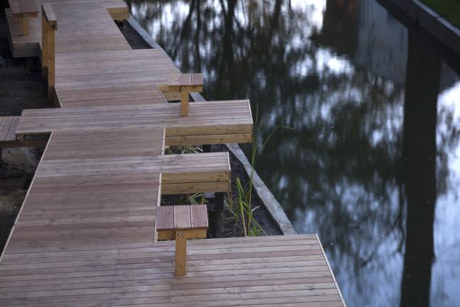 Деревянный настил вдоль реки в «зоне рыболовства». Городская ферма на ВДНХ, 1 очередь. Бюро WOWhaus. Фотография © Митя Чебаненко