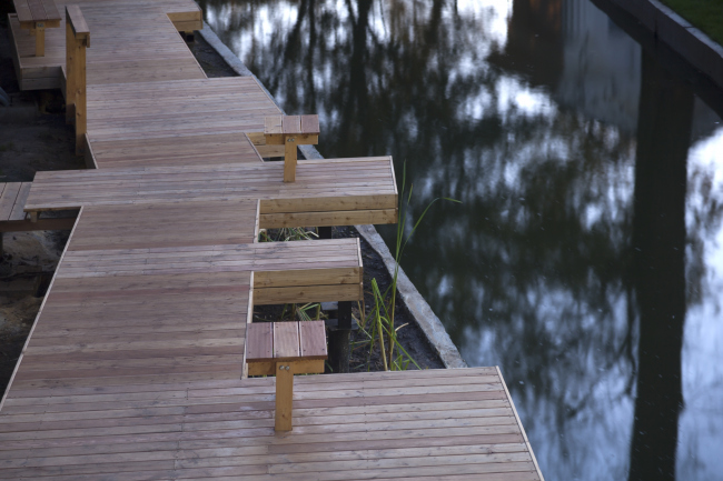 """The wooden flooring along the river in the """"fishing area"""". Urban farm at VDNKh, 1st phase. WOWhaus Bureau. Photograph © Dmitry Chebanenko"""