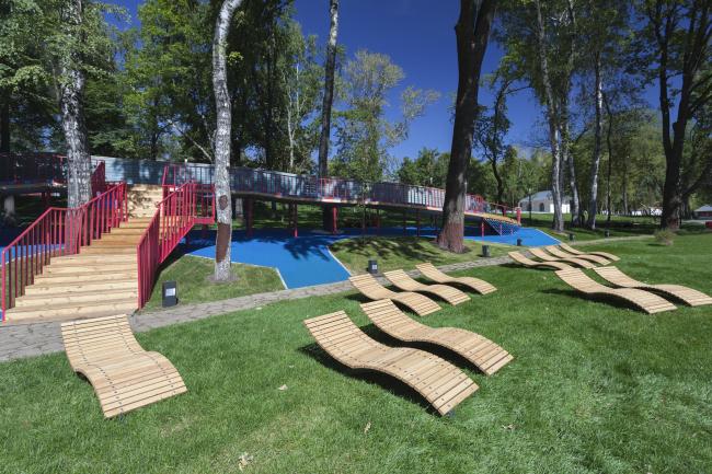 Детская площадка и лежаки на «пляже» перед прудом. Городская ферма на ВДНХ, 1 очередь. Бюро WOWhaus. Фотография © Митя Чебаненко